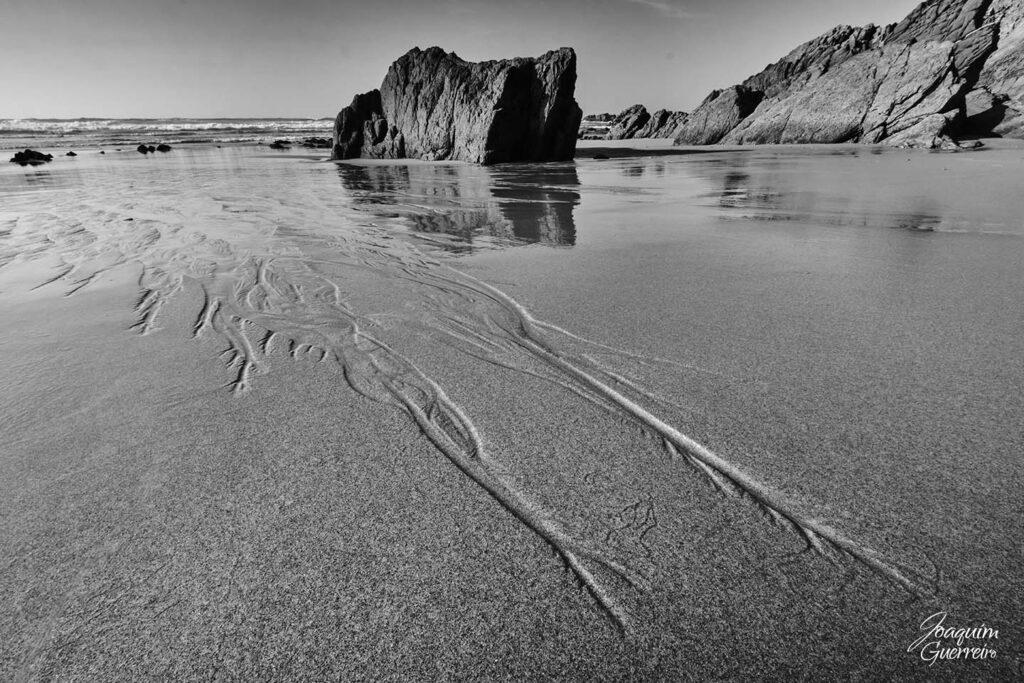 Areia molhada na praia