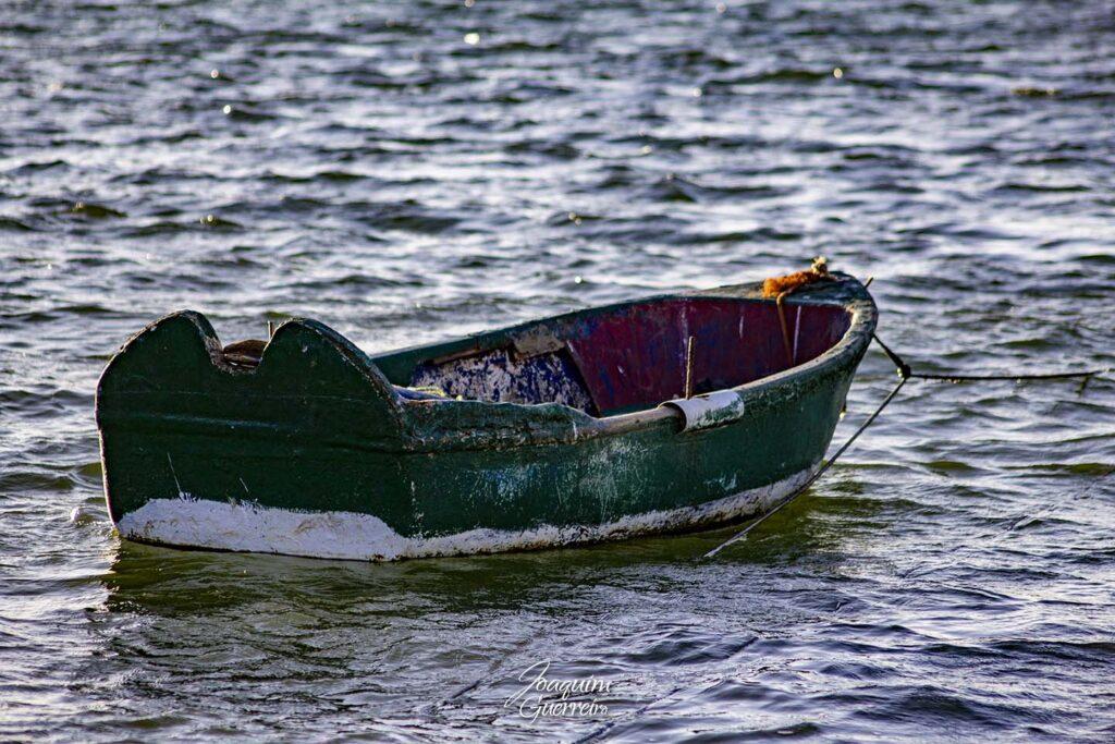 Pequeno barco velho
