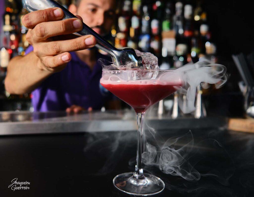 Bebida cocktail com fumo de gelo seco