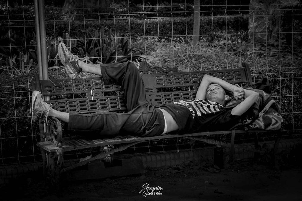 A dormir num banco de jardim