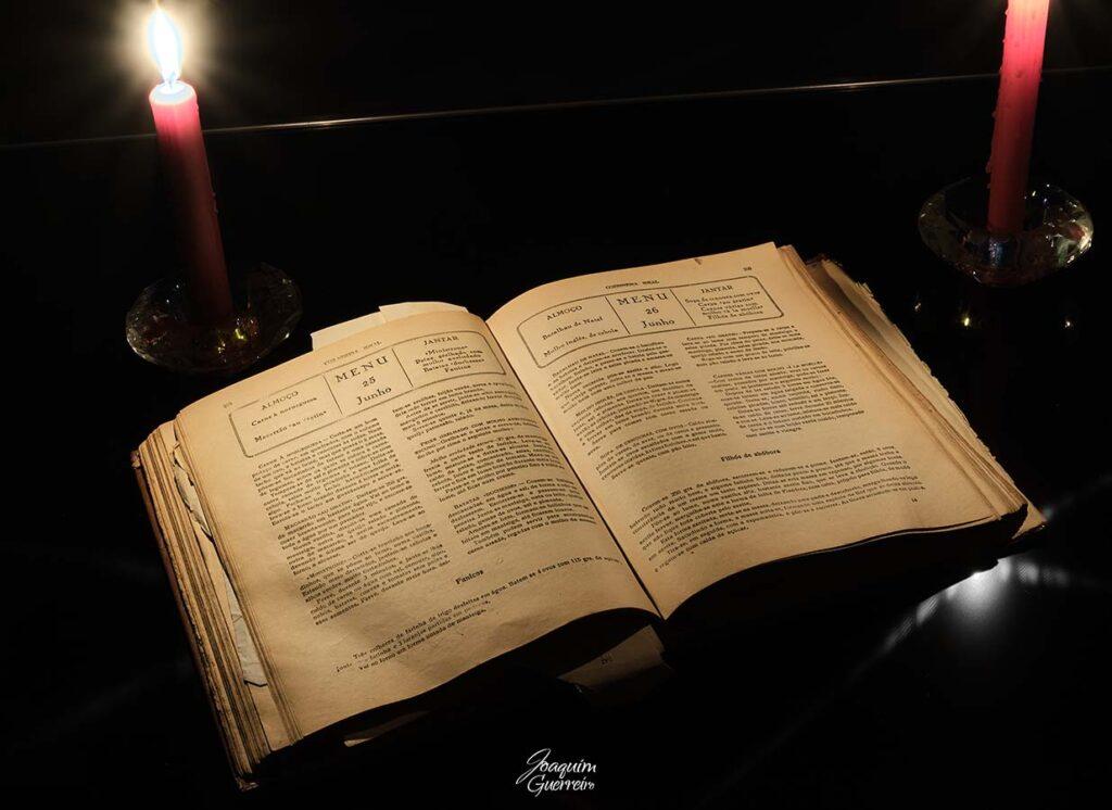 Livro de receitas antigo à luz da vela