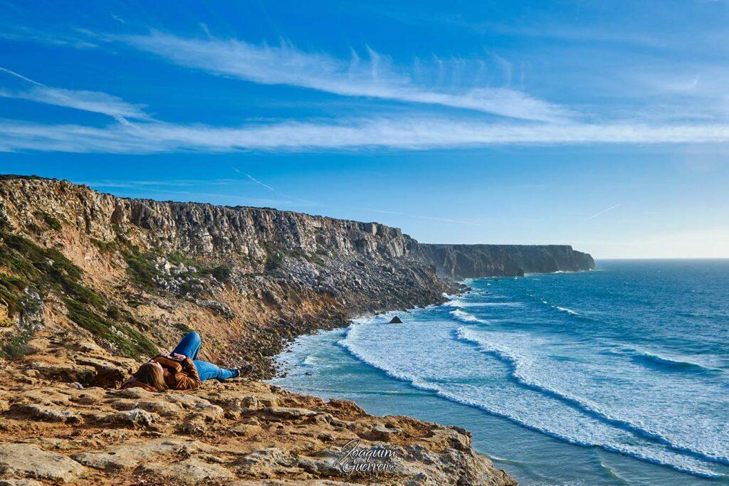 Pessoa na falésia da Praia do Tonel - Algarve