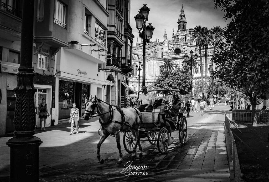 Coche nas ruas de Sevilha P&B